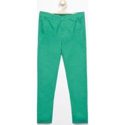 Spodnie chino - Zielony. Spodenki niemowlęce marki Reserved. W wyprzedaży za 29.99 zł.