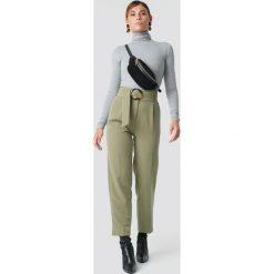 NA-KD Classic Spodnie Asymmetric Belted Suit - Green. Zielone spodnie materiałowe damskie NA-KD Classic. Za 202.95 zł.