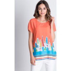 Kolorowa bluzka z rozporkami po bokach BIALCON. Szare bluzki damskie BIALCON, w kolorowe wzory, z tkaniny, z okrągłym kołnierzem, z krótkim rękawem. Za 115.00 zł.