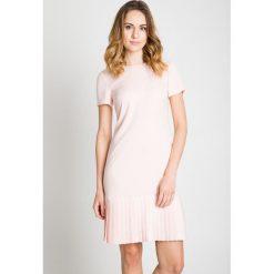 Sukienka z plisowanym dołem w kolorze pudrowym BIALCON. Szare sukienki damskie BIALCON, z tkaniny, eleganckie, z okrągłym kołnierzem, z krótkim rękawem. Za 355.00 zł.
