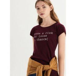 Bawełniany t-shirt z napisem - Bordowy. Czerwone t-shirty damskie Sinsay, z napisami, z bawełny. Za 9.99 zł.