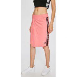 Adidas Originals - Spódnica. Różowe spódnice damskie adidas Originals, z bawełny. W wyprzedaży za 139.90 zł.