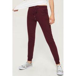 Spodnie dresowe - Bordowy. Czerwone spodnie dresowe damskie Sinsay, z dresówki. Za 39.99 zł.