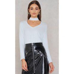 NA-KD Dzianinowy sweter z głębokim dekoltem - White. Białe swetry damskie NA-KD, z dzianiny, z chokerem. W wyprzedaży za 48.59 zł.