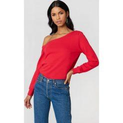 NA-KD Basic Sweter na jedno ramię - Red. Czerwone swetry damskie NA-KD Basic, z bawełny. Za 80.95 zł.