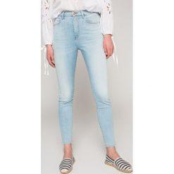 Wrangler - Jeansy Borneo. Niebieskie jeansy damskie Wrangler. W wyprzedaży za 259.90 zł.