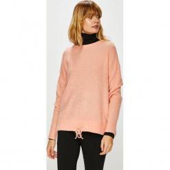 Vero Moda - Sweter. Różowe swetry damskie Vero Moda, z dzianiny, z okrągłym kołnierzem. W wyprzedaży za 119.90 zł.