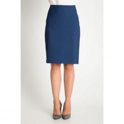 Granatowa dopasowana strukturalna spódnica QUIOSQUE. Niebieskie spódnice damskie QUIOSQUE, z tkaniny, biznesowe. W wyprzedaży za 99.99 zł.