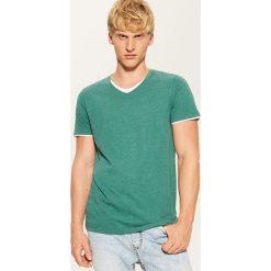 T-shirt z kontrastowym wykończeniem - Zielony. Zielone t-shirty męskie House, z kontrastowym kołnierzykiem. Za 35.99 zł.