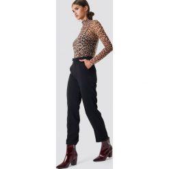 NA-KD Trend Proste spodnie garniturowe - Black. Czarne spodnie materiałowe damskie NA-KD Trend, z materiału. Za 161.95 zł.