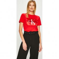Calvin Klein Jeans - Top. Brązowe topy damskie Calvin Klein Jeans, z nadrukiem, z bawełny, z okrągłym kołnierzem, z krótkim rękawem. Za 229.90 zł.