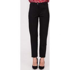 Czarne proste spodnie z zamkami na biodrach QUIOSQUE. Czarne spodnie materiałowe damskie QUIOSQUE. W wyprzedaży za 79.99 zł.