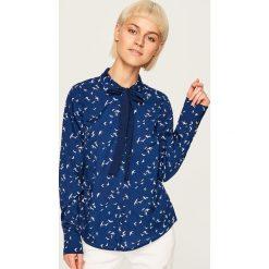 Koszula z wiązaniem przy kołnierzu - Granatowy. Niebieskie koszule damskie Reserved. W wyprzedaży za 39.99 zł.