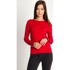 Czerwony sweter z kontrastową lamówką QUIOSQUE. Czerwone swetry damskie QUIOSQUE, z dzianiny, z kontrastowym kołnierzykiem. W wyprzedaży za 89.99 zł.