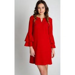 Czerwona sukienka z falbaną na rękawach  BIALCON. Czerwone sukienki damskie BIALCON, eleganckie, z kopertowym dekoltem. Za 335.00 zł.