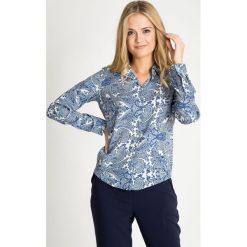 Koszula z niebieskim orientalnym wzorem QUIOSQUE. Niebieskie koszule damskie QUIOSQUE, paisley, z tkaniny, biznesowe, z klasycznym kołnierzykiem. W wyprzedaży za 59.99 zł.