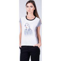 Bluzka ecru z kobietą QUIOSQUE. Szare bluzki damskie QUIOSQUE, z krótkim rękawem. W wyprzedaży za 29.99 zł.