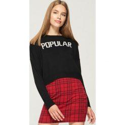 Krótki sweter z napisem - Czarny. Swetry damskie marki bonprix. W wyprzedaży za 19.99 zł.