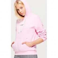 Bluza hoodie z napisem - Różowy. Czerwone bluzy damskie Cropp, z napisami. Za 69.99 zł.
