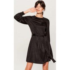 Aksamitna sukienka z paskiem - Czarny. Czarne sukienki damskie Mohito. Za 149.99 zł.