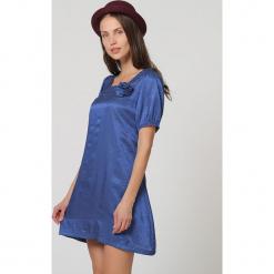 Sukienka w kolorze niebieskim. Niebieskie sukienki damskie TrakaBarraka, z asymetrycznym kołnierzem. W wyprzedaży za 99.95 zł.