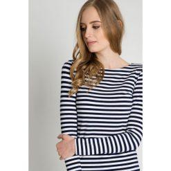 Granatowo-biała bluzka w poziome pasy BIALCON. Białe bluzki damskie BIALCON, z jeansu, z dekoltem w łódkę, z długim rękawem. Za 99.00 zł.