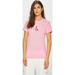Calvin Klein Jeans - Top Monogram. Szare topy damskie Calvin Klein Jeans, z aplikacjami, z bawełny, z okrągłym kołnierzem, z krótkim rękawem. Za 229.90 zł.