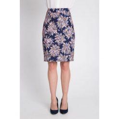 Granatowa spódnica w duże kwiaty QUIOSQUE. Czerwone spódnice damskie QUIOSQUE, w kwiaty, z tkaniny, biznesowe. W wyprzedaży za 59.99 zł.