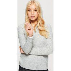 Sweter z kapturem - Jasny szary. Swetry damskie marki bonprix. W wyprzedaży za 39.99 zł.
