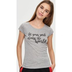 T-shirt z napisem - Jasny szar. Szare t-shirty damskie Sinsay, z napisami. W wyprzedaży za 9.99 zł.