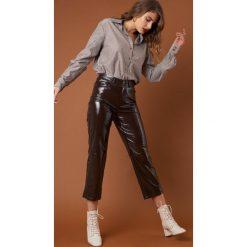 NA-KD Trend Lakierowane spodnie - Brown. Brązowe spodnie materiałowe damskie NA-KD Trend, z lakierowanej skóry. Za 181.95 zł.