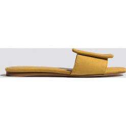 MANGO Klapki z klamrą - Yellow. Żółte klapki damskie Mango. Za 108.95 zł.