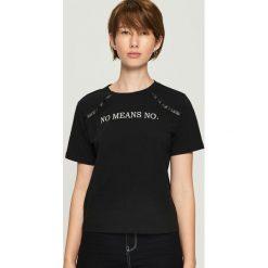 T-shirt z aplikacją - Czarny. Czarne t-shirty damskie Sinsay, z aplikacjami. Za 29.99 zł.