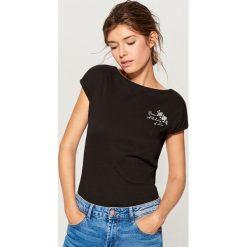 Bawełniana koszulka z nadrukiem - Czarny. Czarne t-shirty damskie Mohito, z nadrukiem, z bawełny. Za 19.99 zł.