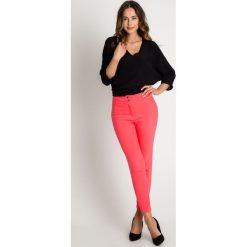 Dopasowane czerwone spodnie w kant BIALCON. Czerwone spodnie materiałowe damskie BIALCON. W wyprzedaży za 132.00 zł.