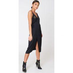 NA-KD Kopertowa sukienka z wyszywanymi gwiazdami - Black. Sukienki damskie NA-KD Trend, z haftami, z satyny, z kopertowym dekoltem. W wyprzedaży za 121.77 zł.