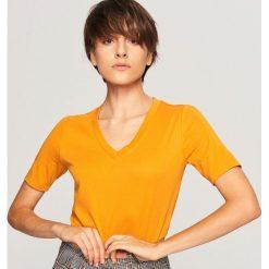 T-shirt z dekoltem w serek - Brązowy. Brązowe t-shirty damskie Reserved, z dekoltem w serek. Za 59.99 zł.