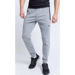 Spodnie treningowe męskie SPMTR205 - chłodny jasny szary. Szare spodnie sportowe męskie 4f, na lato, z dzianiny. W wyprzedaży za 99.99 zł.