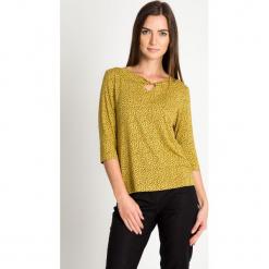 Musztardowa bluzka z drobnym wzorem QUIOSQUE. Żółte bluzki damskie QUIOSQUE, z dzianiny, biznesowe, z długim rękawem. W wyprzedaży za 79.99 zł.