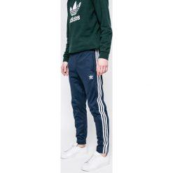 Adidas Originals - Spodnie. Szare spodnie sportowe męskie adidas Originals, z bawełny. W wyprzedaży za 229.90 zł.