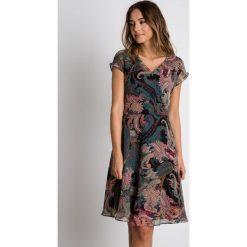 Wzorzysta sukienka z dekoltem w serek BIALCON. Szare sukienki damskie BIALCON, z materiału, z kopertowym dekoltem, z krótkim rękawem. Za 299.00 zł.
