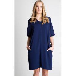 Granatowa luźna sukienka z krótkim rękawem BIALCON. Szare sukienki damskie BIALCON, z tkaniny, z dekoltem w serek, z krótkim rękawem. Za 269.00 zł.