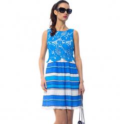 Sukienka w kolorze biało-niebieskim. Białe sukienki damskie Ostatnie sztuki w niskich cenach, w koronkowe wzory, z koronki, z okrągłym kołnierzem. W wyprzedaży za 259.95 zł.
