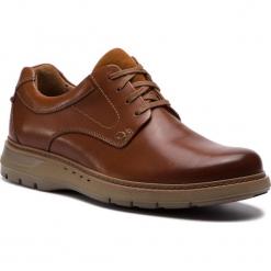 Półbuty CLARKS - Un Ramble Lo 261369967  Dark Tan Leather. Brązowe półbuty na co dzień męskie Clarks, z materiału. W wyprzedaży za 439.00 zł.