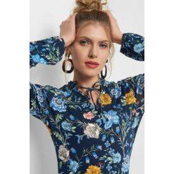 Koszulka w kwiaty. Niebieskie bluzki damskie Orsay, w kolorowe wzory, z dzianiny, dekolt w kształcie v. Za 69.99 zł.
