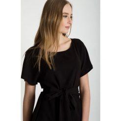 Czarna bluzka z wiązaniem w pasie BIALCON. Czarne bluzki damskie BIALCON, z tkaniny, eleganckie, z kokardą, z krótkim rękawem. W wyprzedaży za 153.00 zł.