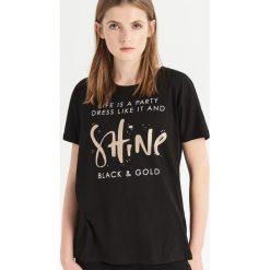 T-shirt z błyszczącym nadrukiem - Czarny. Czarne t-shirty damskie Sinsay, z nadrukiem. Za 24.99 zł.