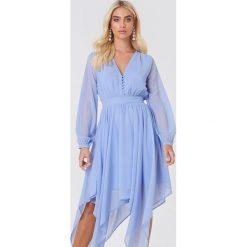 Andrea Hedenstedt x NA-KD Szyfonowa sukienka z asymetrycznym brzegiem - Blue. Niebieskie sukienki damskie Andrea Hedenstedt x NA-KD, z poliesteru, z asymetrycznym kołnierzem, z długim rękawem. W wyprzedaży za 60.89 zł.