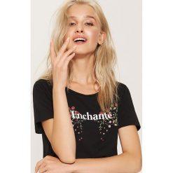T-shirt z napisem Enchanté - Czarny. Czarne t-shirty damskie House, z napisami. Za 29.99 zł.