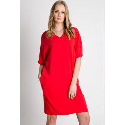 Czerwona luźna sukienka z rękawem 3/4 BIALCON. Czerwone sukienki damskie BIALCON, eleganckie. W wyprzedaży za 229.00 zł.